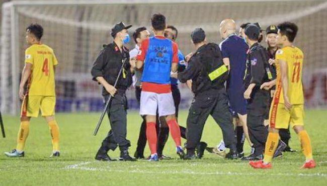Cảnh sát cơ động phải hộ tống trọng tài rời sân Thanh Hóa!