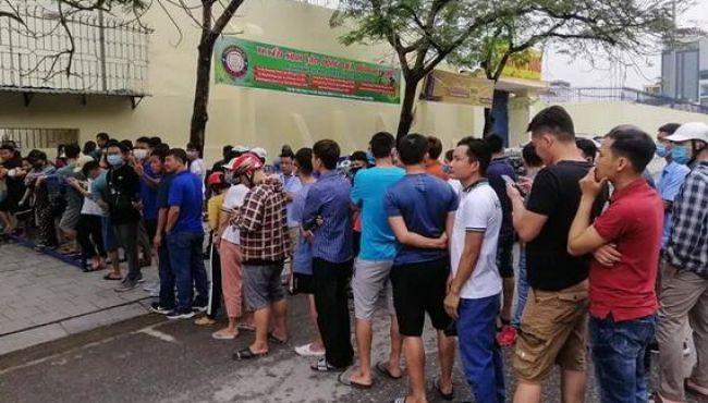 """""""Sốt"""" vé tại Thanh Hóa trước trận làm khách của thầy trò HLV Kiatisuk"""